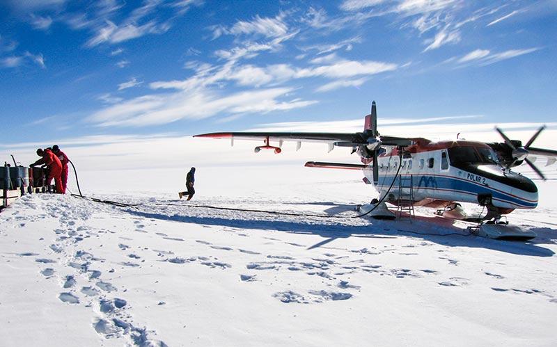 POLAR 2 flygplan tankas under ett stopp vid Kohnen station på nästan 3 km  höjd ovanpå den antarktiska inlandsisen. Aerosolsonder monteras rakt under vingen och även ovanför förarkabinen. Foto: Radovan Krejci.