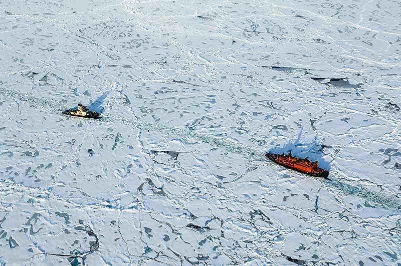 Den nya ryska atomisbrytaren 50 let Podedy stöttar Oden i områdena kring Arktiska oceanen norr om Grönland. Foto: Martin Jakobsson.