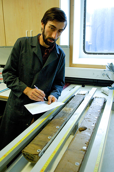 Leonid Polyak describing a section of a sediment core. Photo: Martin Jakobsson