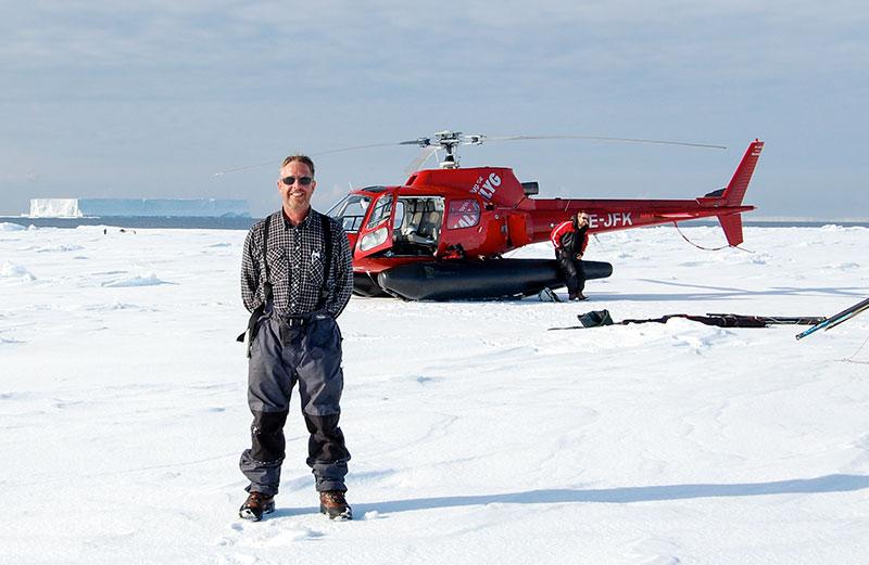 Sven Stenvall och hans helikopter. Foto: Karin Hårding