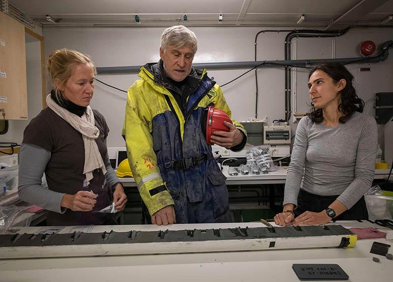 Undersöker sedimentkärna