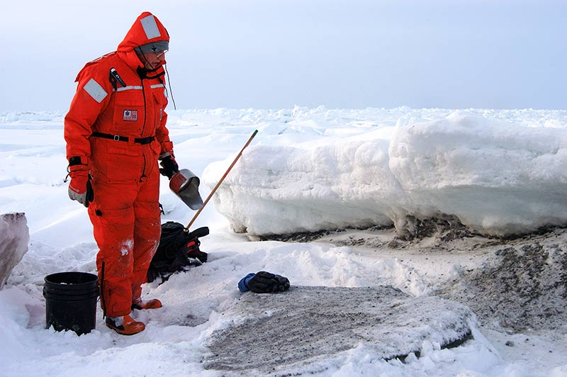 Dennis Darby hämtar prover av smutsig is. Foto: Martin Jakobsson