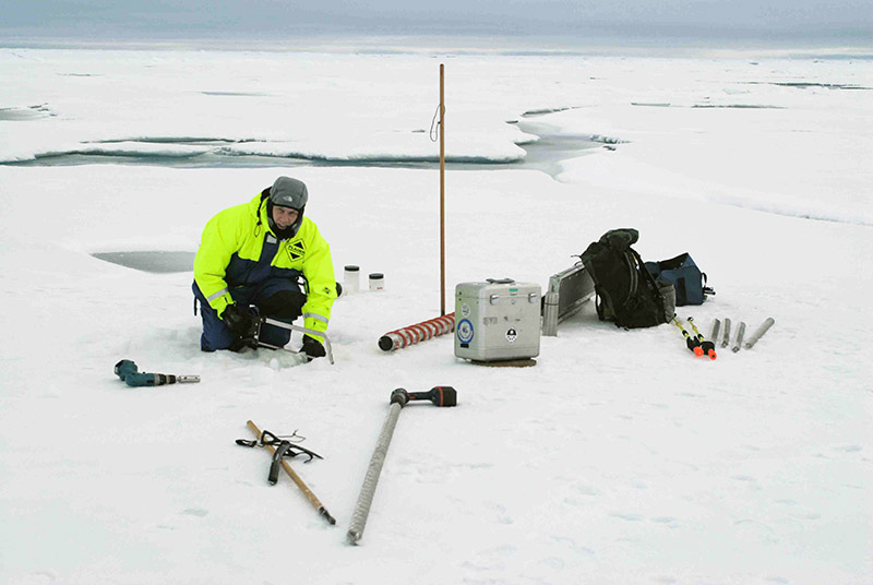 Taking ice core samples for the measurement of CO2 and alkalinity in the sea ice at 85°N. Photo: Hans Ramløv