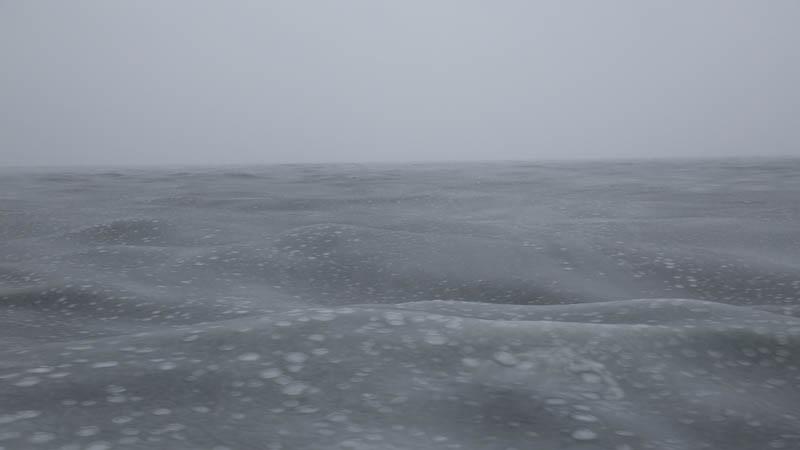 I vindar kring 13-14 m/s och -5 °C i luften fryser havet. Vi åkte i dyningar på uppe mot 3 meter och vindvågor på nära två. Med ett började havet frysa. Vindvågorna försvann nästan med en gång. Dyningarna var kvar timmar efteråt. Foto: Amund E. B. Lindberg