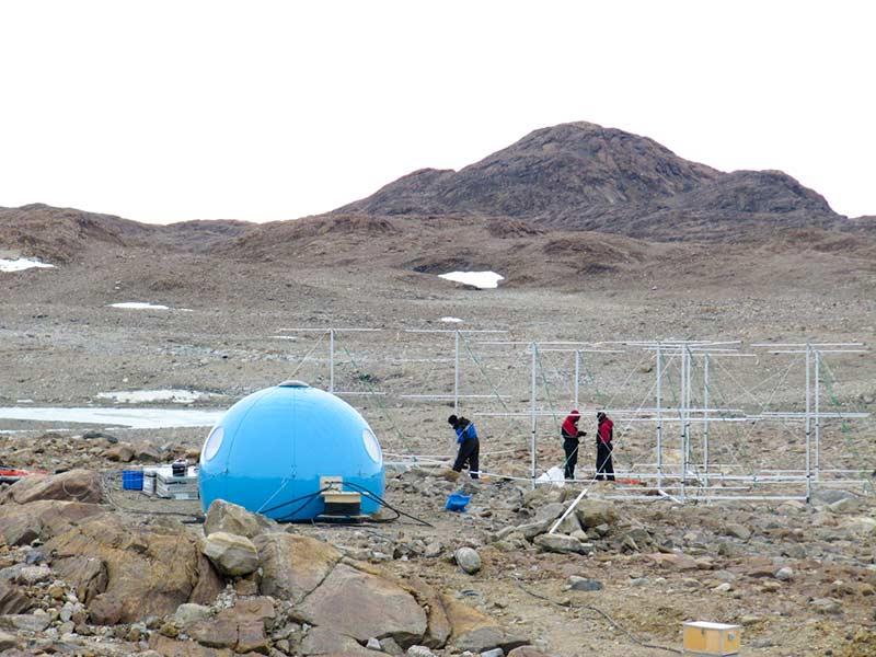 De sista justeringarna på antenngruppen på Maitri. Foto: Sheila Krikwood