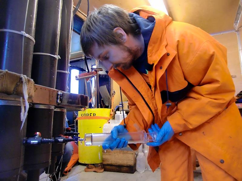 Sören Gutekunst provtar vatten för att mäta CFC och SF_6 (klorfluorkarboner och svavelhexafluorid). Foto: Leif Anderson