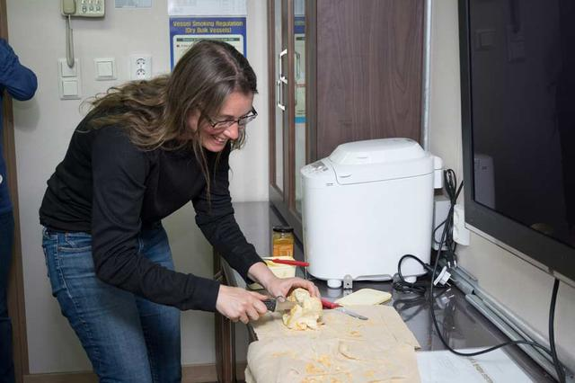 The lab is small, but cozy. A historic moment: the first loaf of bread baked on board Araon. Photo: Povl Abrahamsen