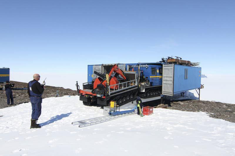 Bandvagn 15, designad för att precis passa in i en container. Stefan backar, Pär dirigerar. Foto: Carl Lundberg