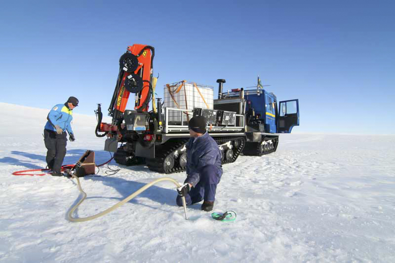 Karin and Ola fetch water with Snowcat 15. Ice in the hose causes problems. Photo: Carl Lundberg