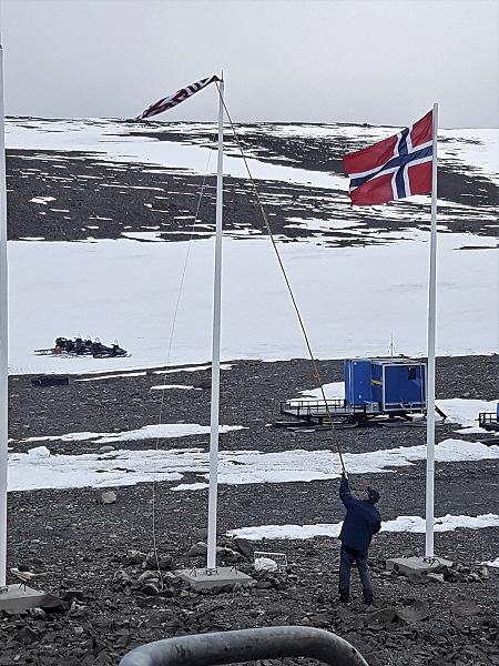 Man försöker få ner flagga