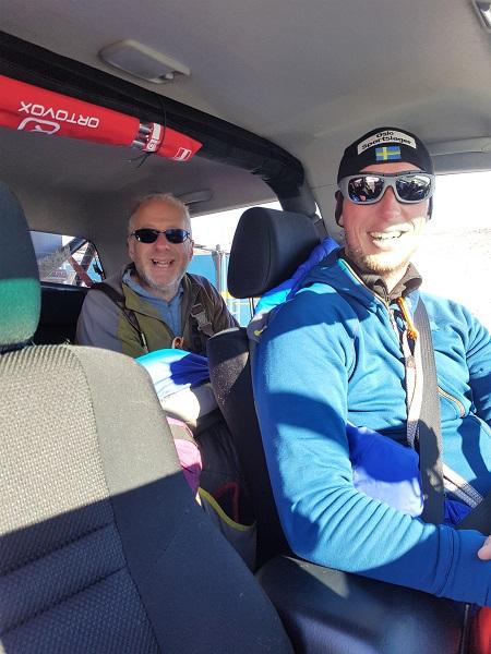 Två glada forskare sitter redo i bilen