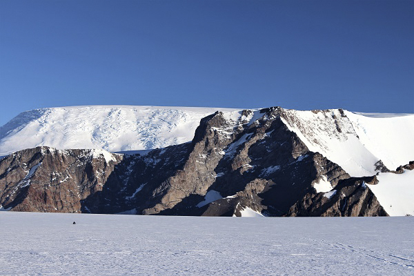 Back to yesterday's view. Sivorgfjella with Scharffenbergbotnen and Svea at the base. Photo: Karin Winarve