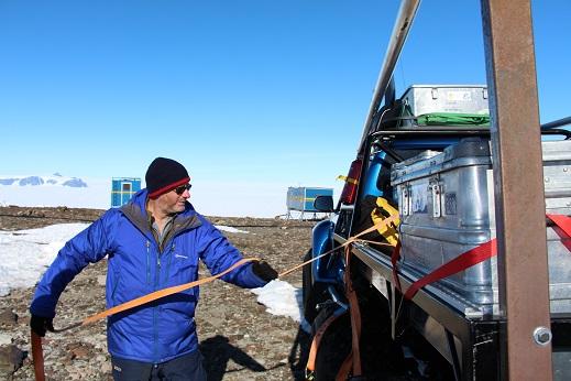 Surrning av last på bilarna innan avfärd. Foto: Karin Winarve
