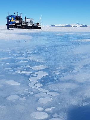 Vattenhämtning vid blåisområdet. Foto: Karin Winarve