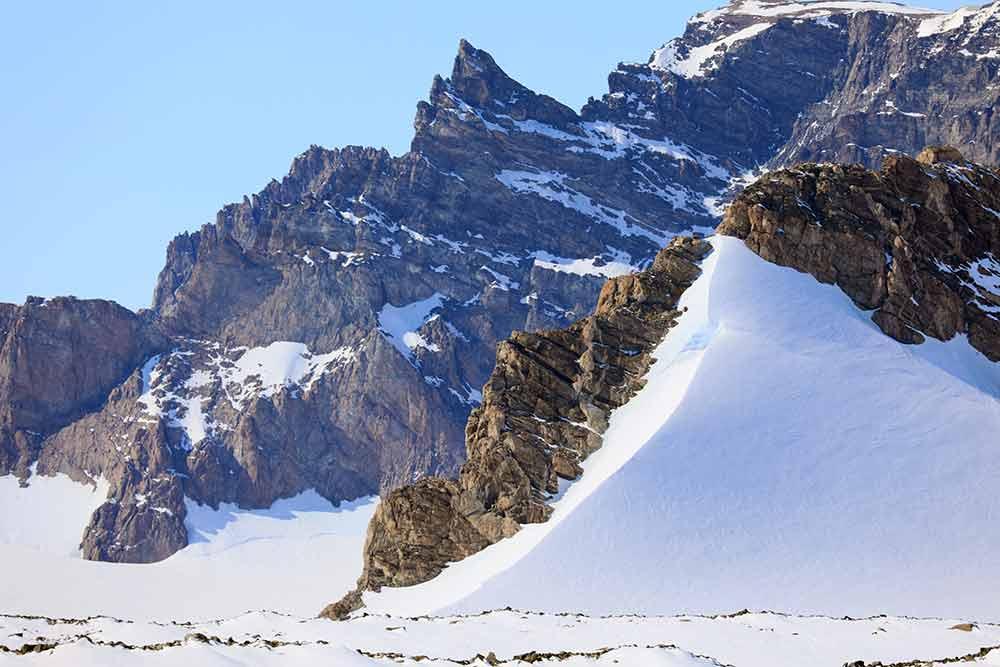 Milorgfjellas klipputsprång är väldigt otillgängliga och väldig svåra ta prover från. Däremot kan dess slående skönhet inte förnekas! Foto: Ola Fredin