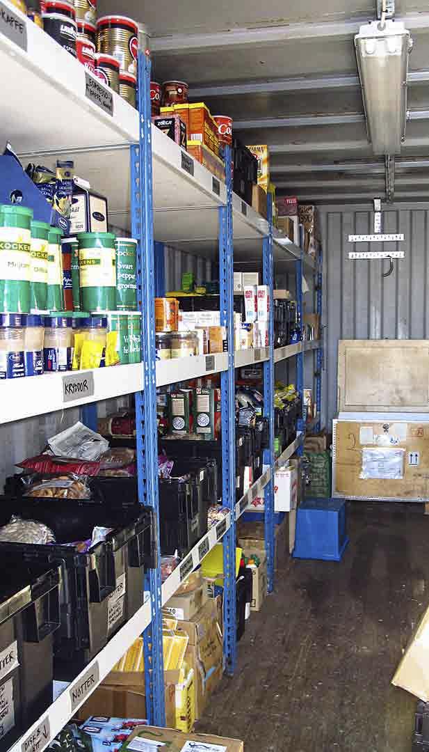 Container med mat på hyllplan
