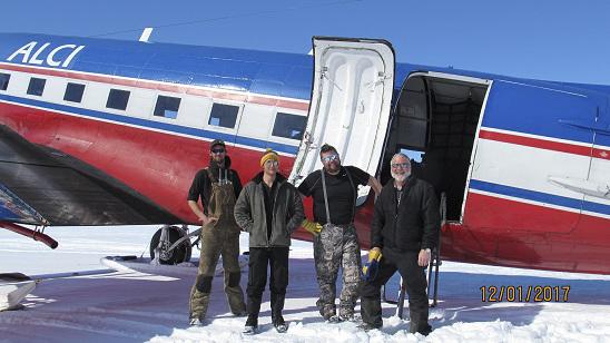 Flygplansbesättning framför flygplan