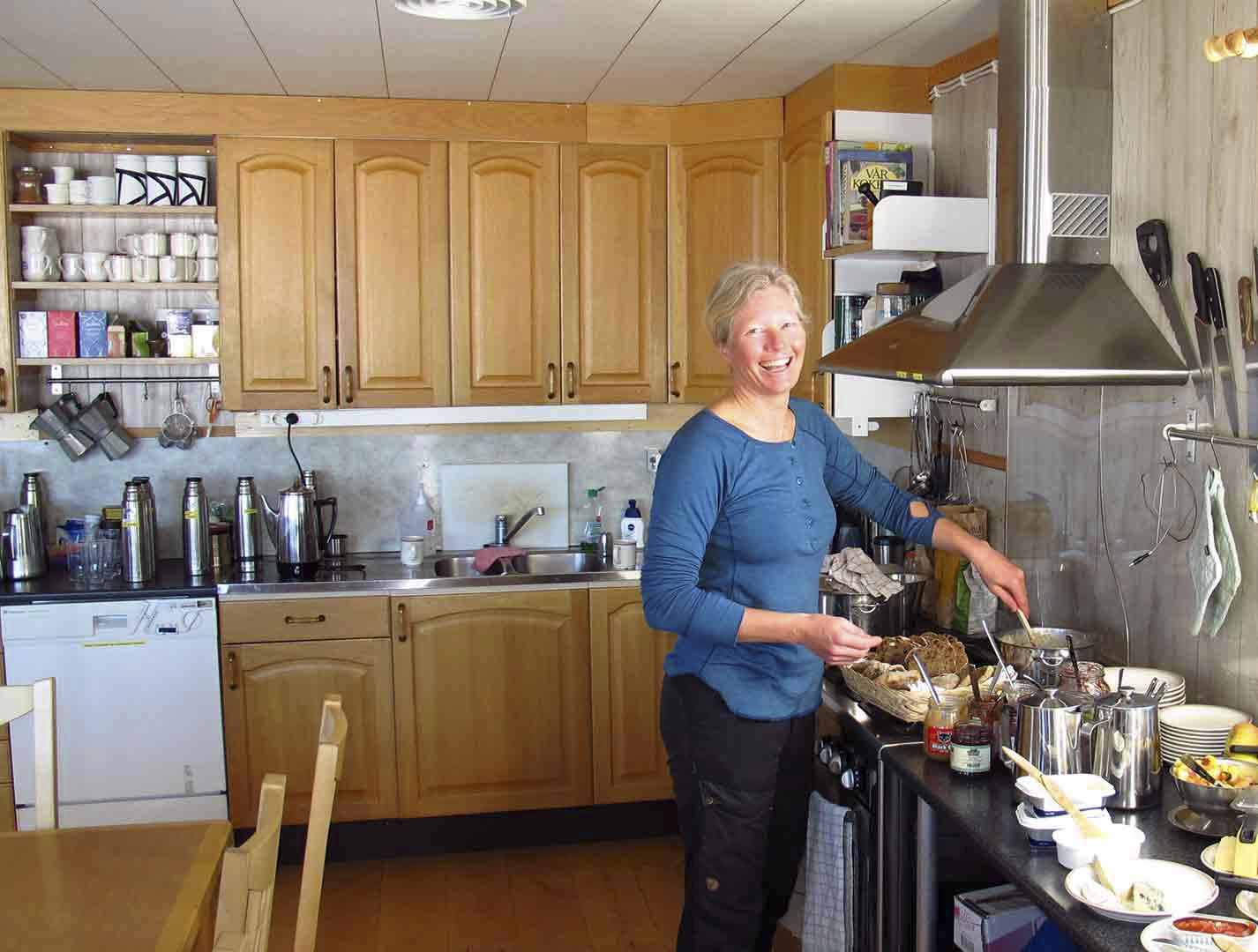 Karin står i köket och lagar mat.
