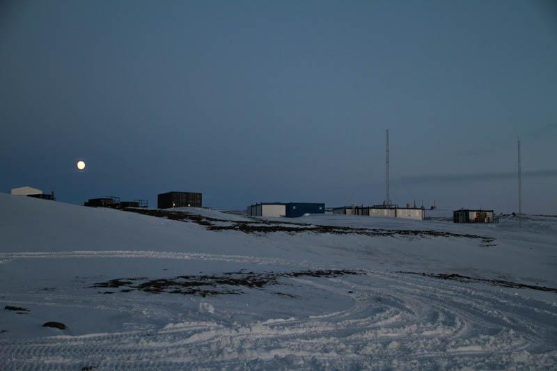 Fullmåne i Antarktis över forskningsstationen Aboa