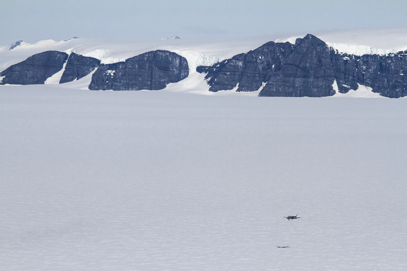 Flygplan kommer in för landning vid forskningsstationen Wasa, Antarktis