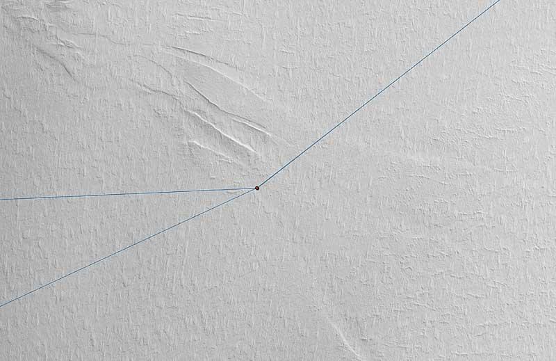 Samma område som i förra bilden i den senaste generationen av satellitbild med en upplösning på 0,5 meter. Den blåa linjen är en tidigare rutt upp för Kibergdalen. Efter en granskning i de nya bilderna valde vi att etablera en ny led. Sprickorna som leden korsar är upp till 50 meter breda. Carl Lundberg