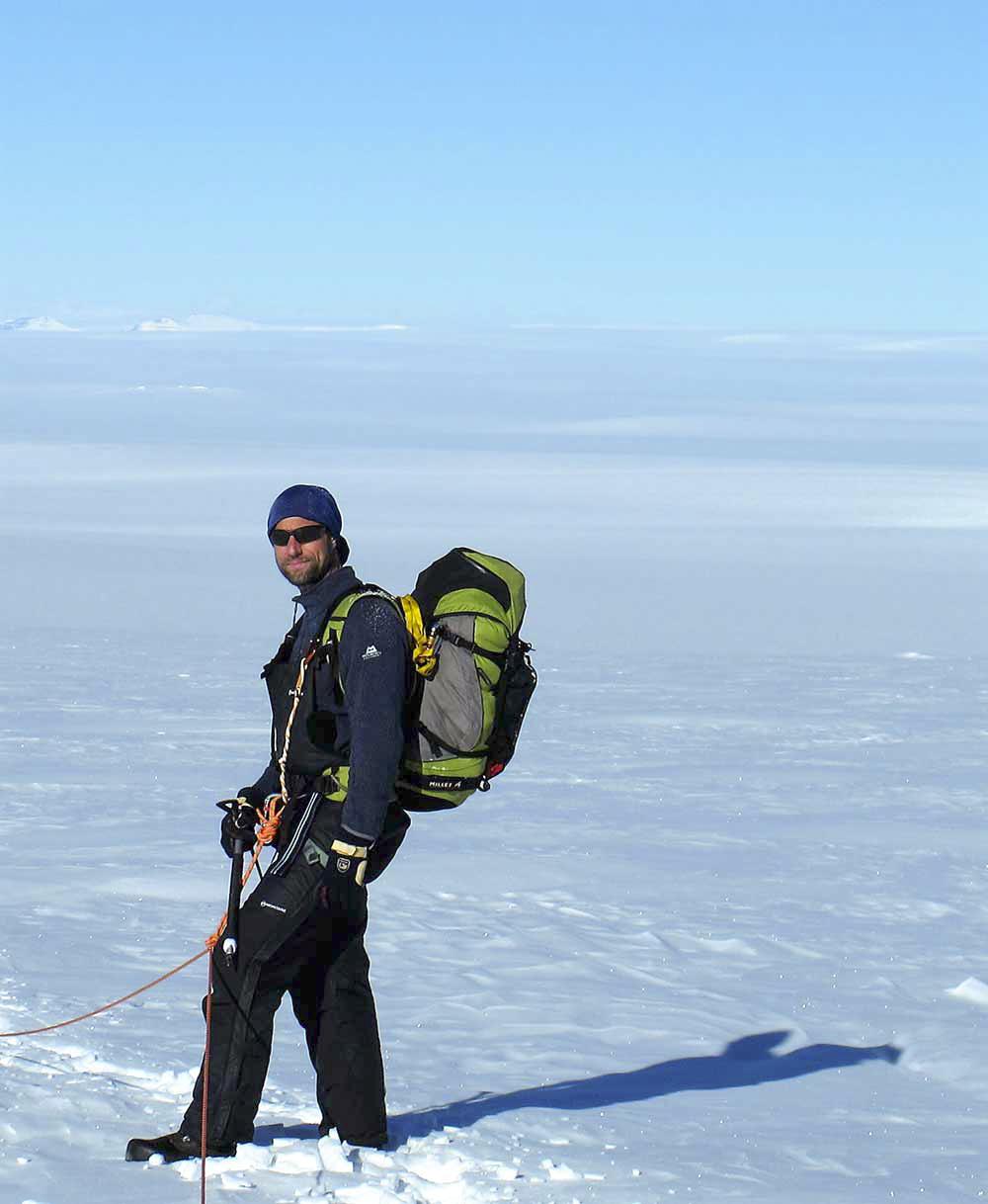 Vår expeditionsläkare Henrik fullt utrustad med ryggsäck och säkerhetssele