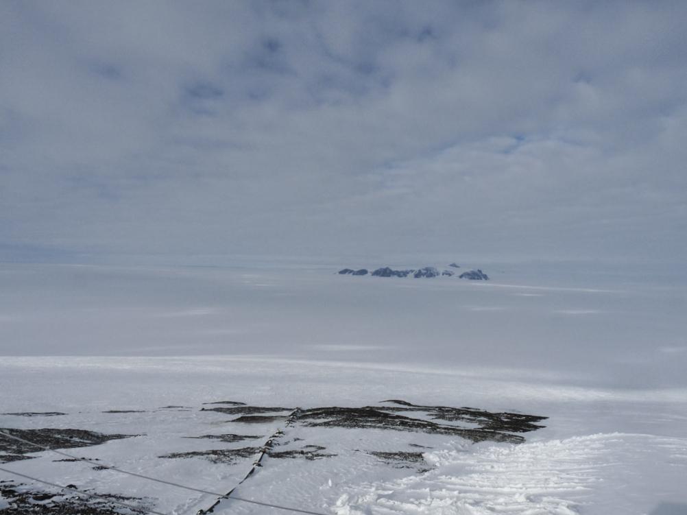 Tittar ner på landningsbanan av is vid Wasa, Antarktis