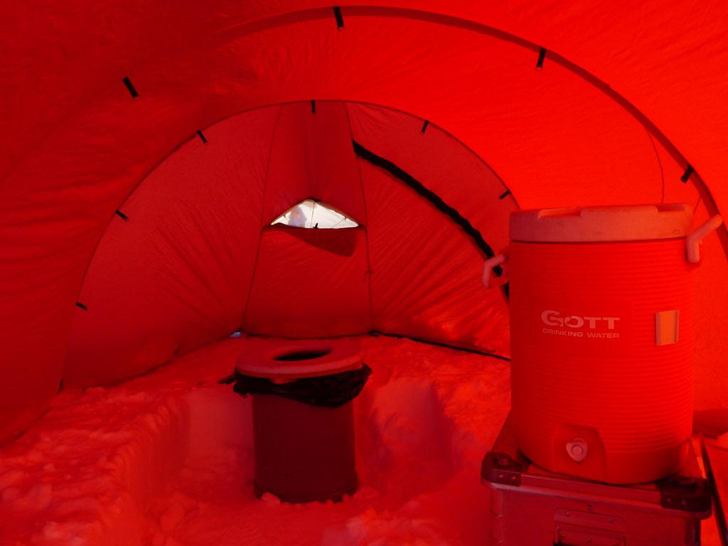 Toalett inuti ett av tälten. Golvet är av snö.