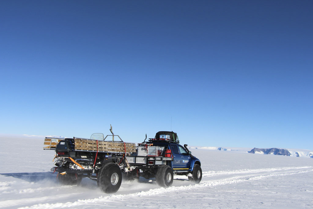 Bil kör mot Milorgfjella i Antarktis