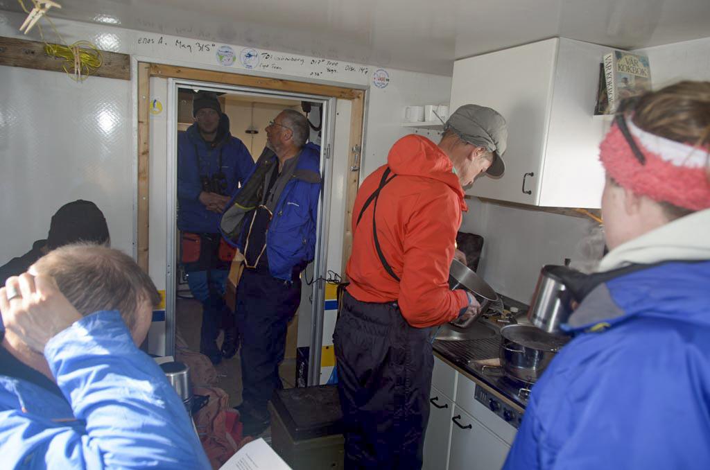 Personer gör i ordning lunch inne i forskningsstationen.