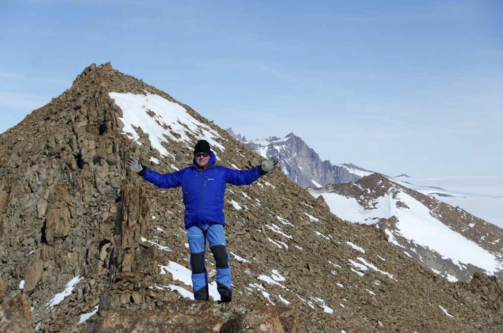 Man på bergskammen Månesigden i Antarktis