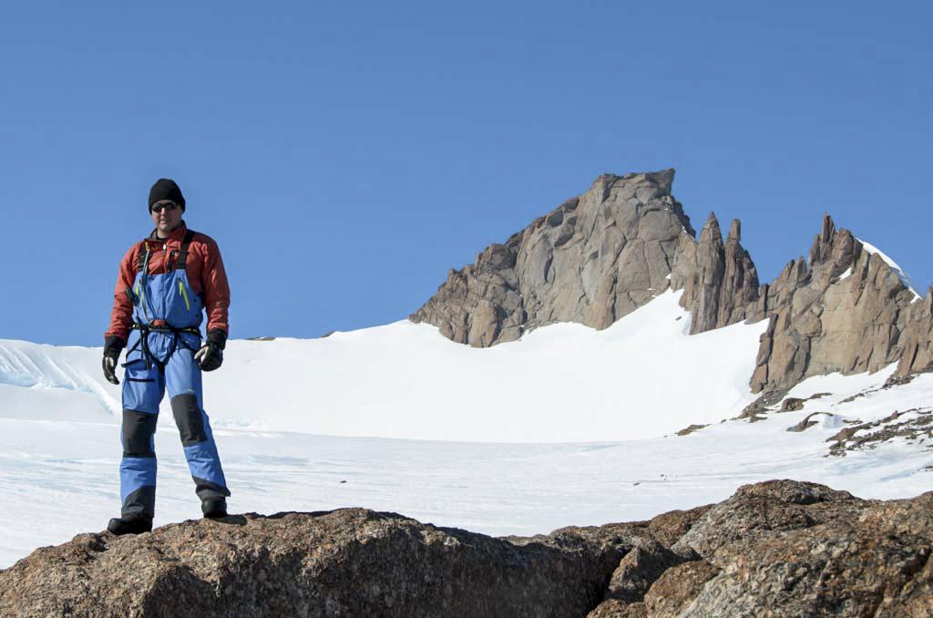 Henrik på en topp med utsikt över bergstoppen Johnsonhogna i Antarktis