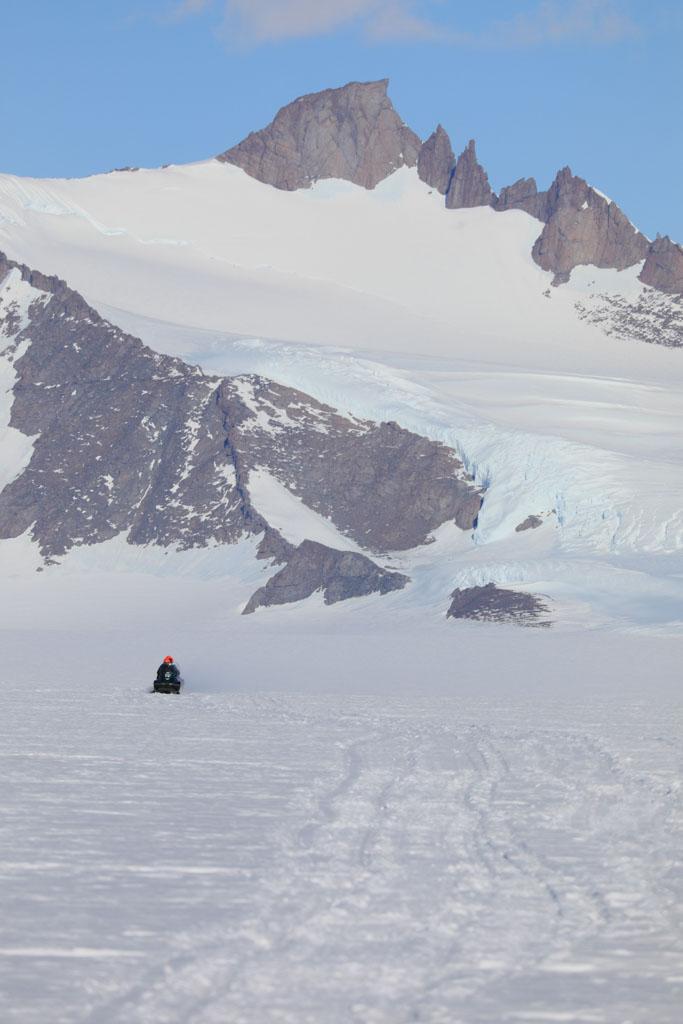 Snöskoter framför ett berg