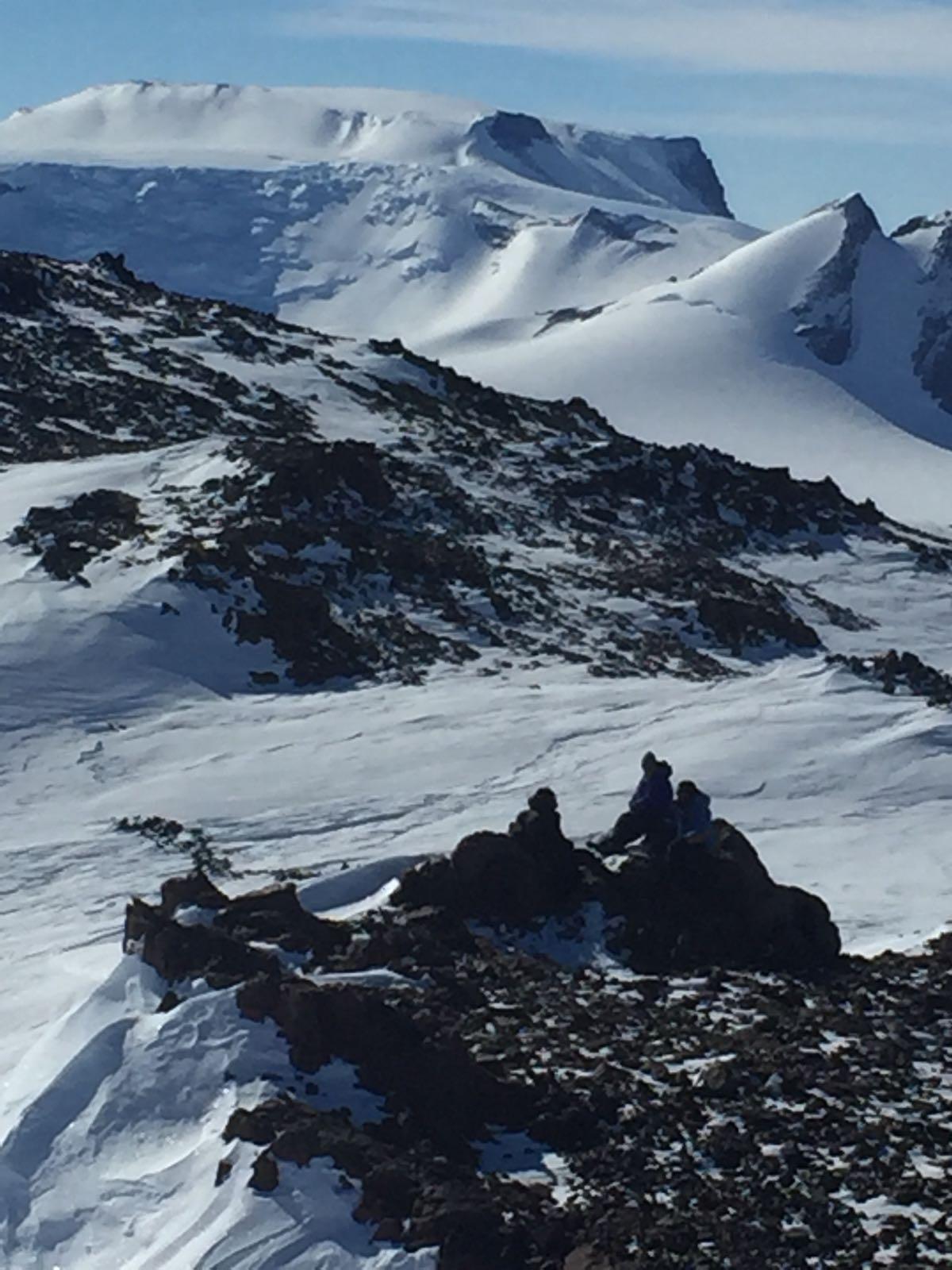 Forskare sitter på bergstopp