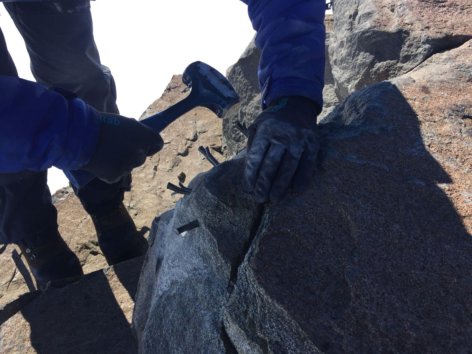 Forskare tar ett stenprov