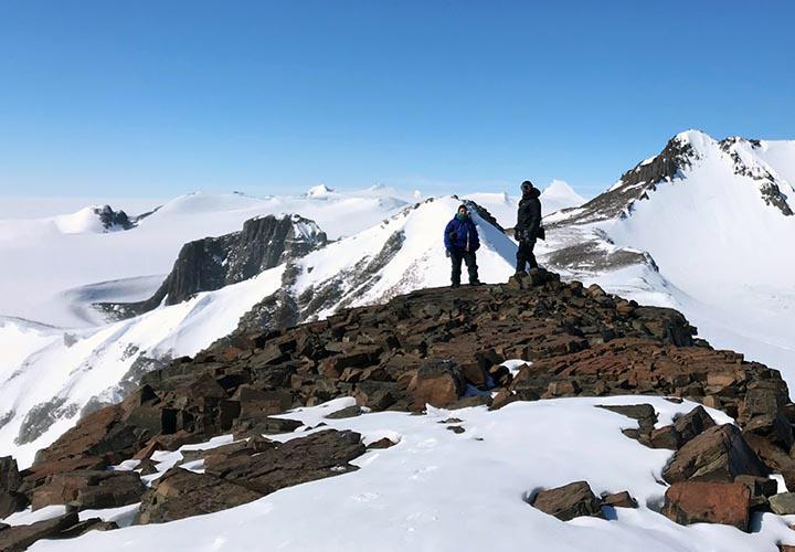 Kvinna och man på en bergstopp