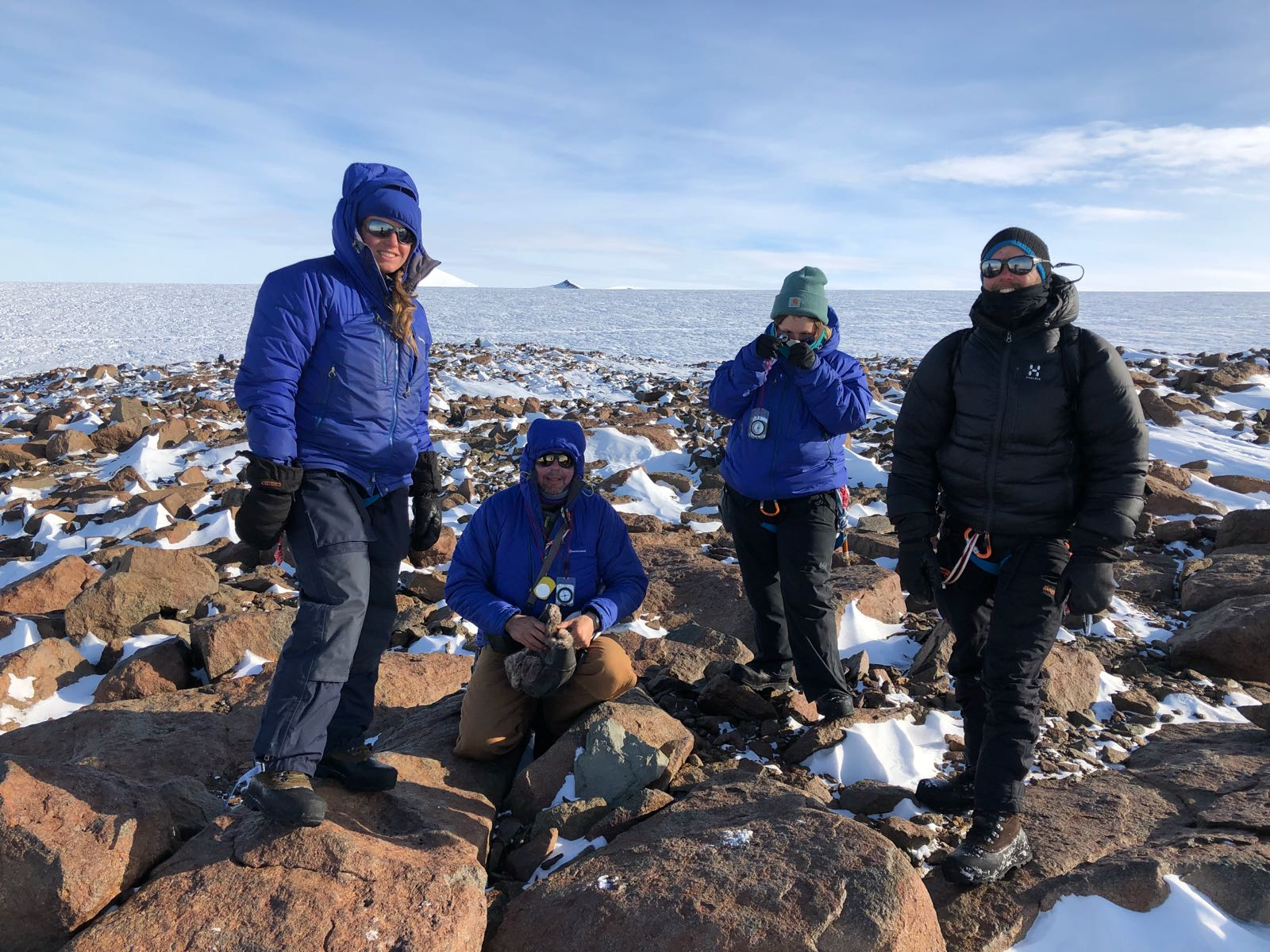 Forskare bland klippblock