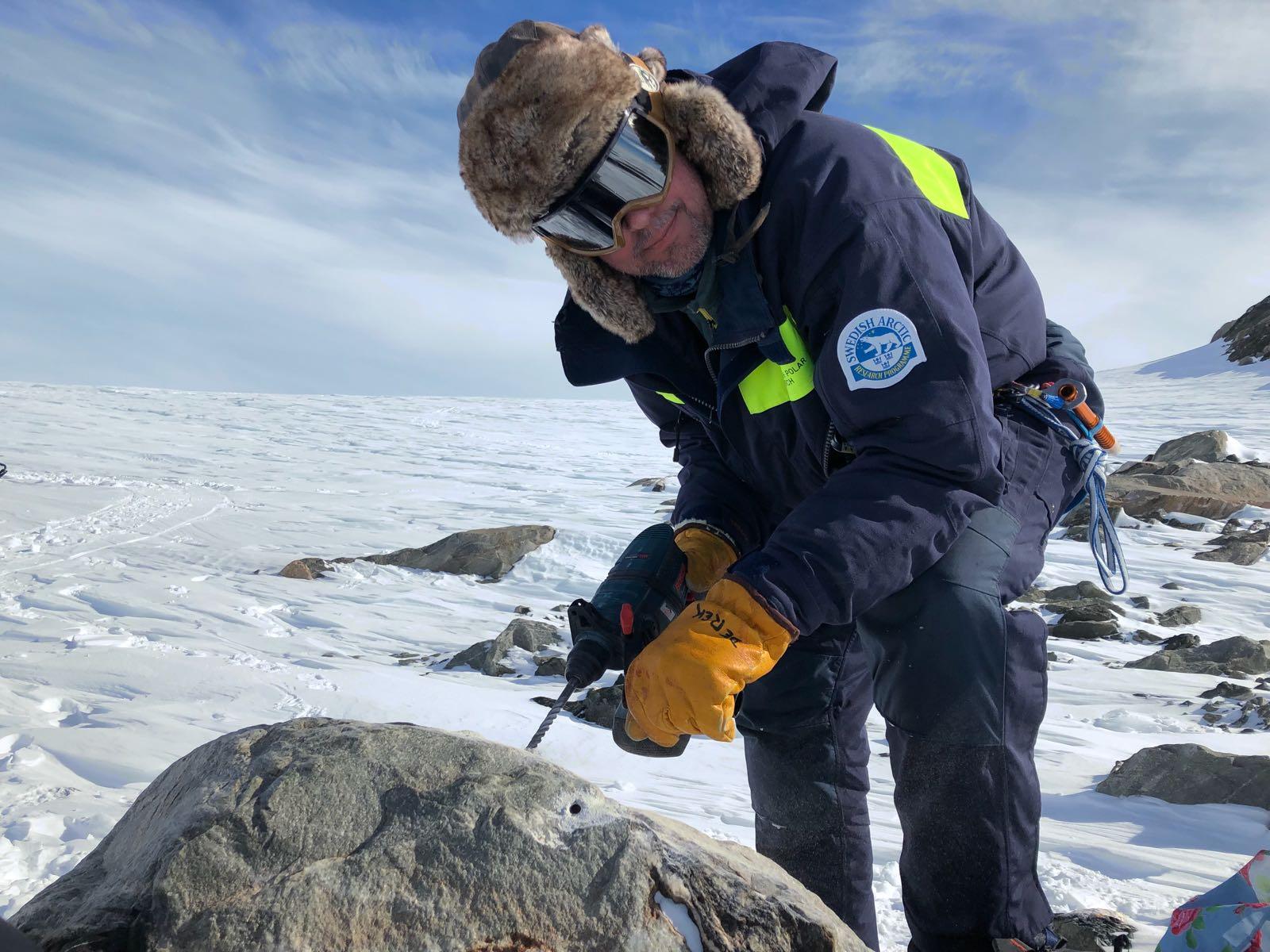Forskare borrar i stenblock