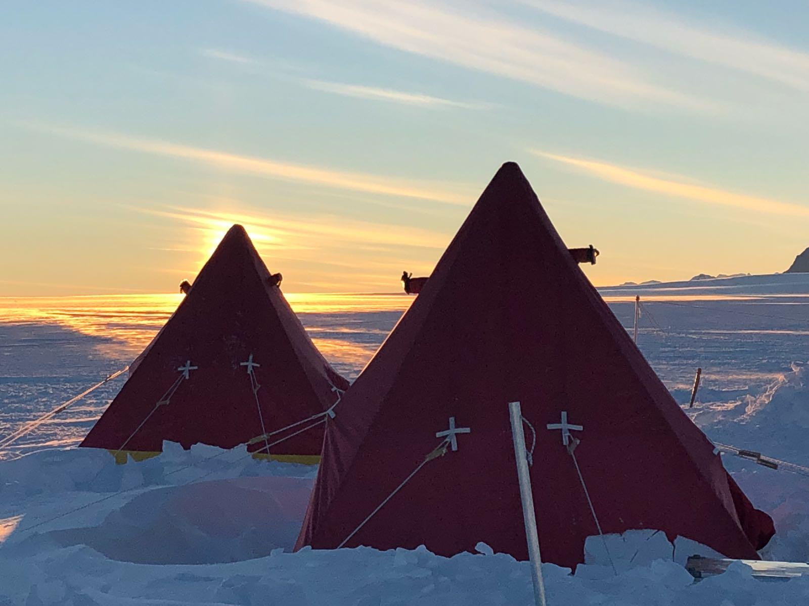 Tält i solnedgång