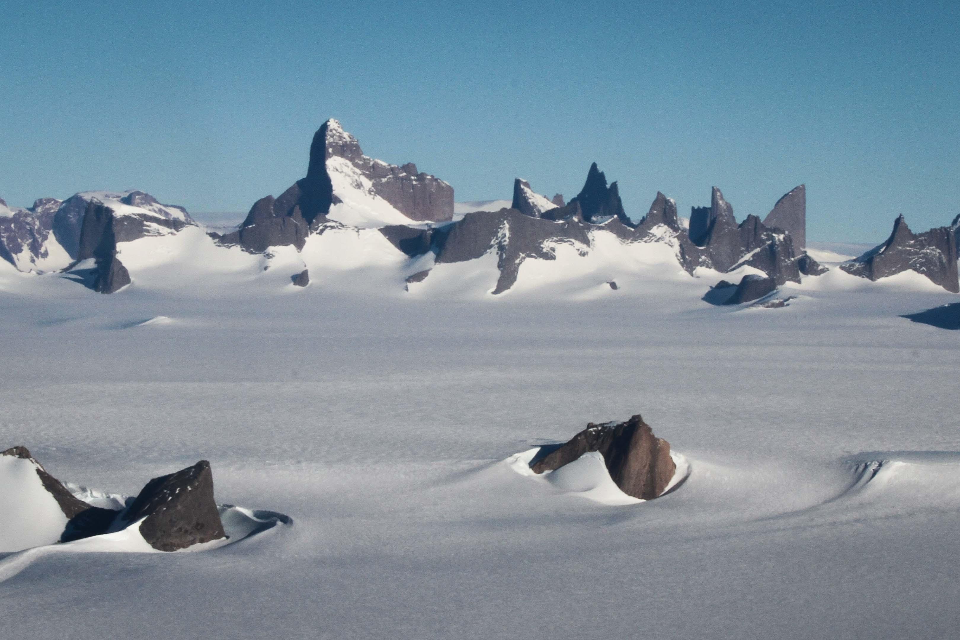Högt och dramatiskt bergmassiv