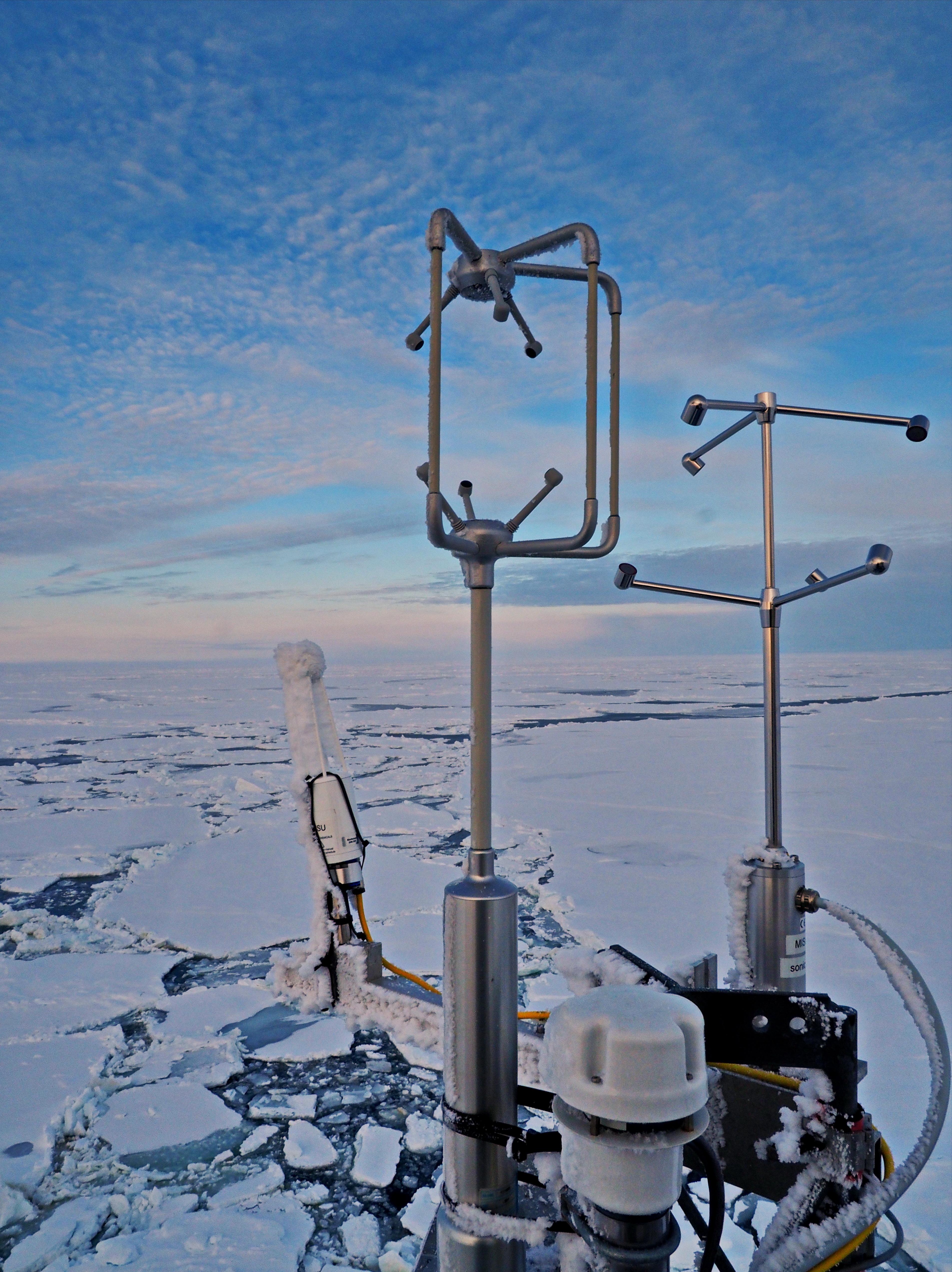 Närbild på mastens instrument, med ultraljudsvindmätare och analysinstrument för mätningar av det turbulenta flödet av vattenånga och koldioxid. Liknande instrument placerades på isen på en liten mast nära en öppen råk. Foto: Michael Tjernström