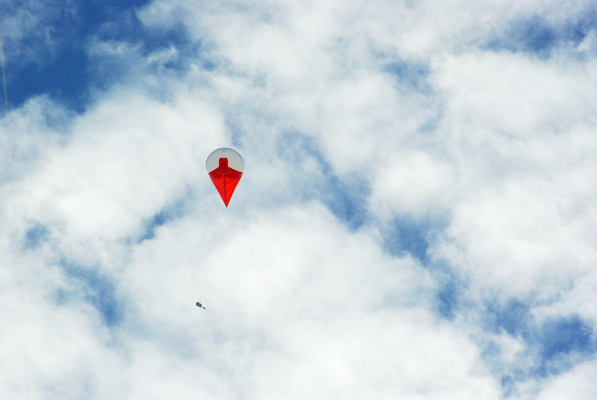 Ballongen på jakt efter moln för mätningar. Foto: Ian Brooks