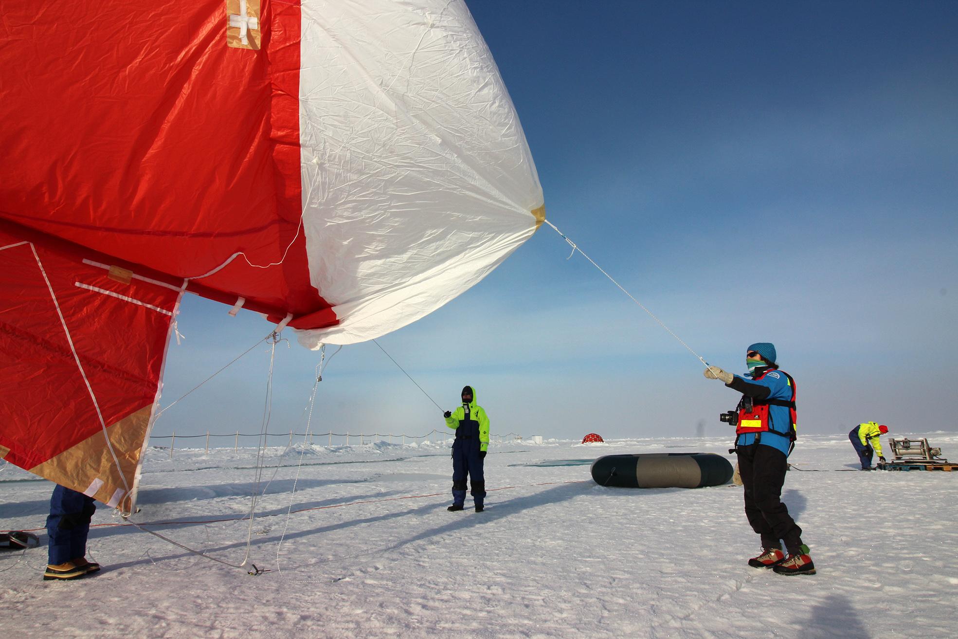Ballongen blåses upp för att samla in molndroppar. Efter expeditionen sker DNA-analys för att se från vilka marina mikroorganismer sockermolekylerna och proteinerna i molnen kommer från. Foto: Julika Zinke