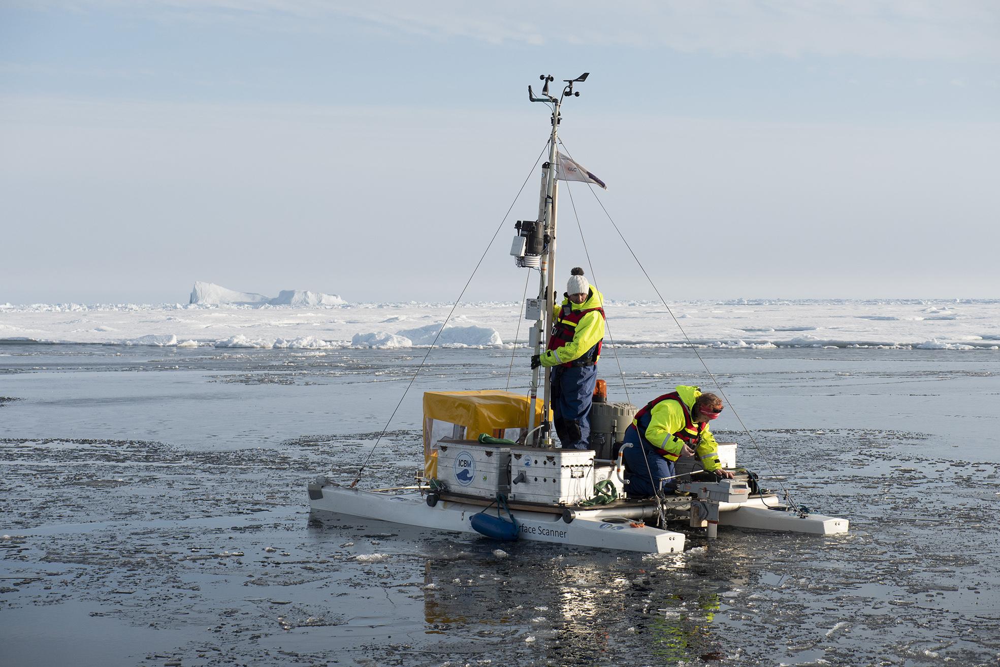 Ytan med öppet vatten mellan isflaken var i ständig förändring. Dagarna med mycket öppet vatten kunde en större båt användas med bättre kapacitet för provtagning. Foto: Karin Alfredsson