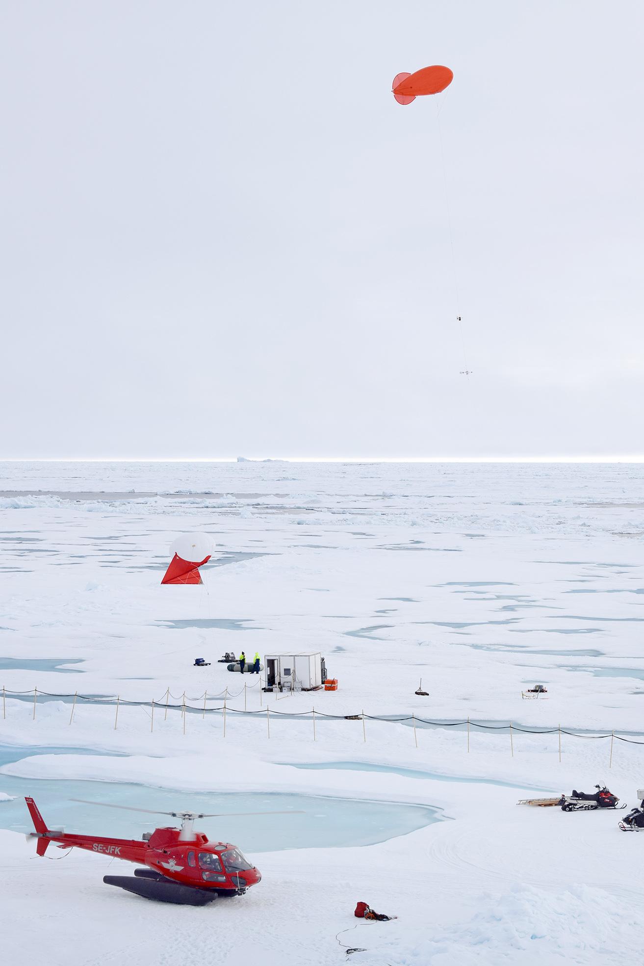 Ballongplats ute på isen. På ballonger som sitter fast vid marken fästs mätinstrument. På så sätt kan de hållas på en viss höjd för att sedan tas ned.
