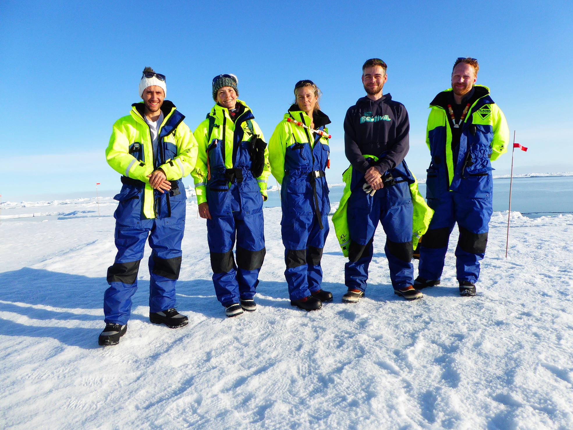 Forskargruppen vid den öppna råken under den första dagen på isen. Från vänster: Matt Salter, Helen Czerski, Karin Alfredsson, John Prytherch och Paul Zeiger. Foto: Lars Tano
