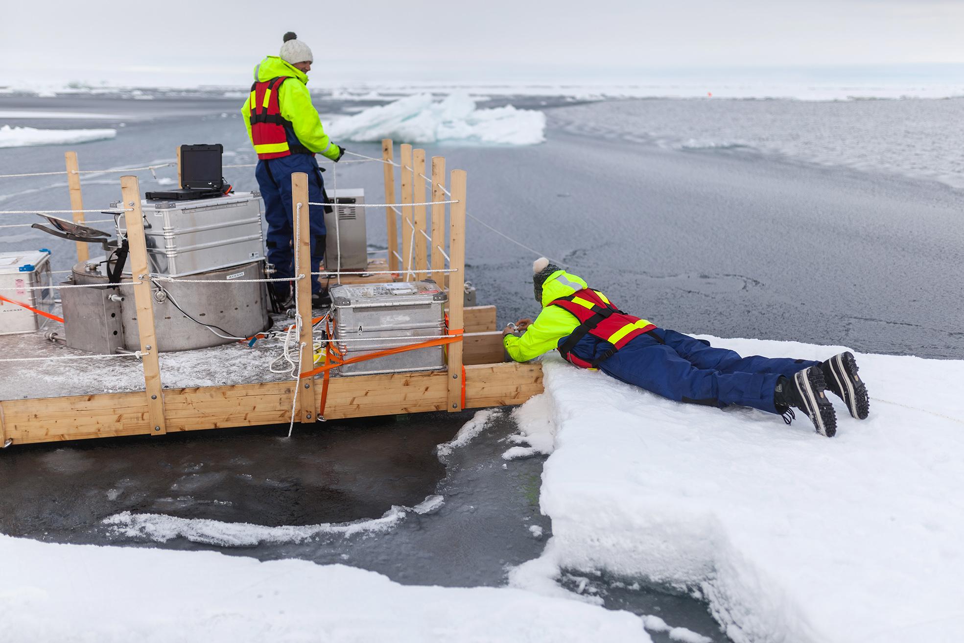Matt Salter and Helen Czerski setting mooring lines for the floating aerosol chamber. Photo: Mario Hoppman