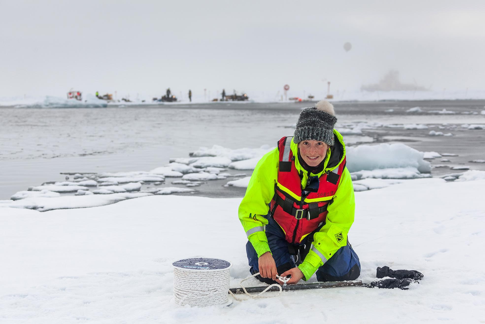 Helen Czerski gör ett isankare på ett av isflaken på andra sidan råken. Foto: Mario Hoppman