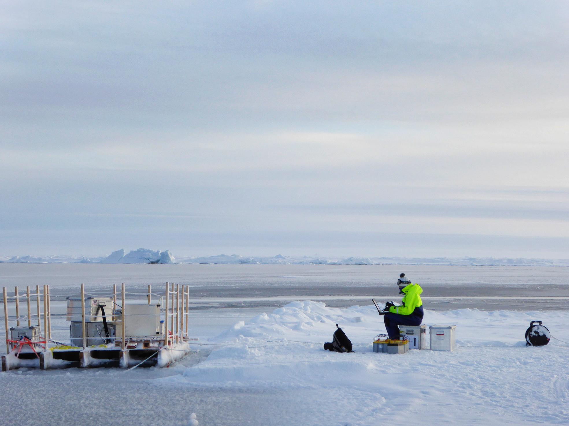 Matt Salter läser av mätningar från den flytande aerosolkammaren under en av de sista dagarna på isen. Foto: Helen Czerski