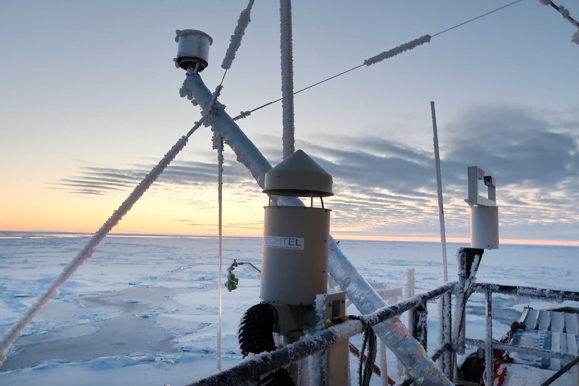 Instrument för att fånga in luft installerade på Odens fjärde däck. Genom olika luftinsläpp togs prover på aerosolpartiklar, molndroppar och iskristaller. Foto: Paul Zieger